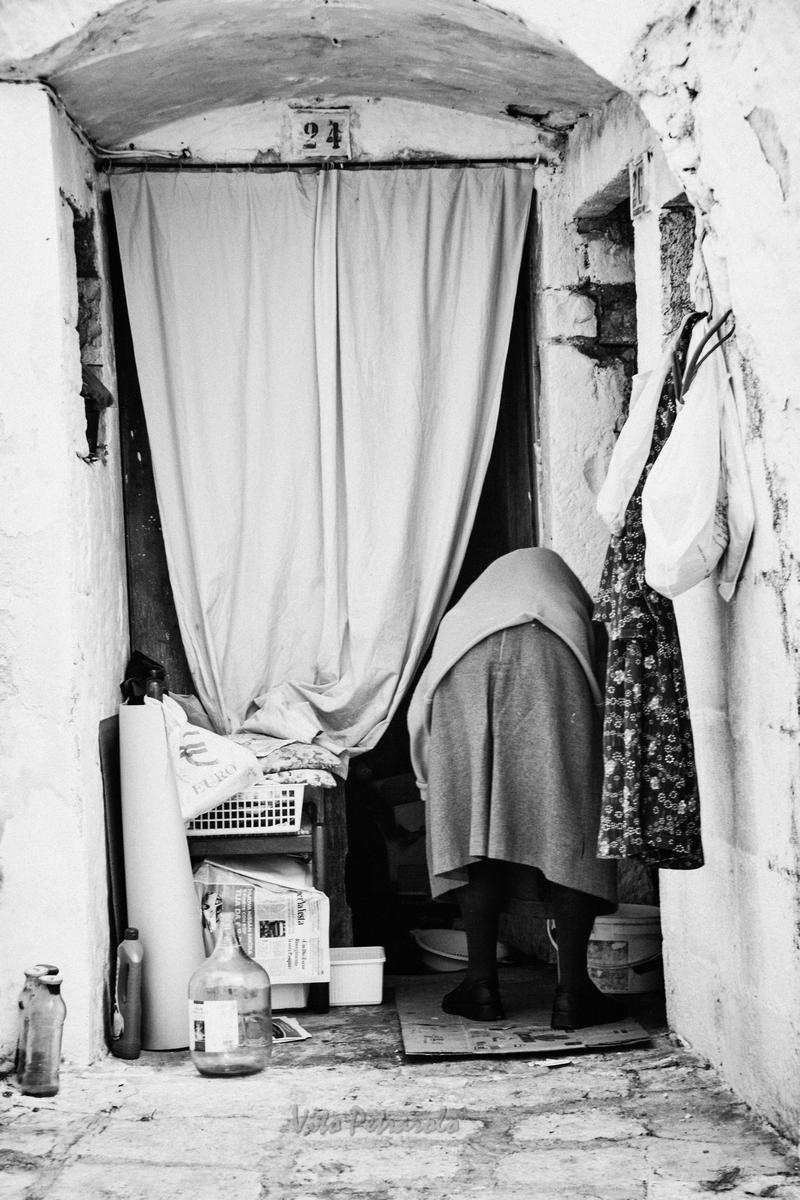Anziana davanti alla porta di casa